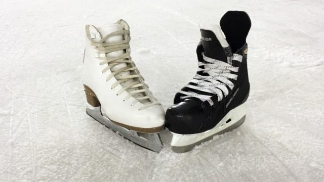 氷の上に置かれた男女のフィギュアスケートシューズの画像