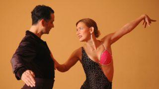 社交ダンスをする男女ペアの画像