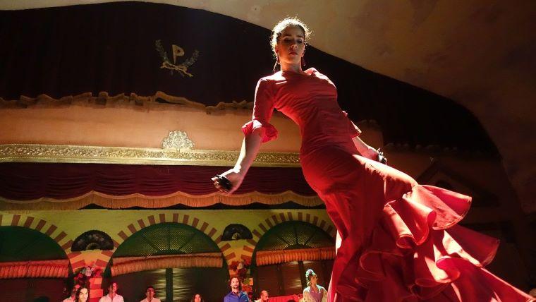赤い衣装を着たフラメンコダンサーの画像