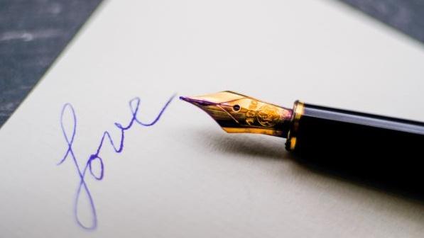Loveと書かれたノートとペンの画像