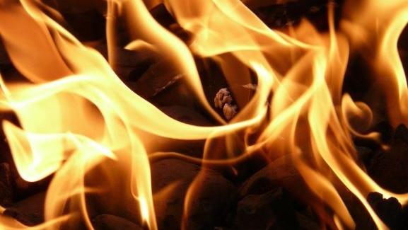 メラメラと燃え上がる炎の画像