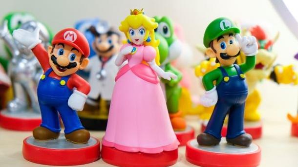 マリオとお姫様のフィギュアの画像