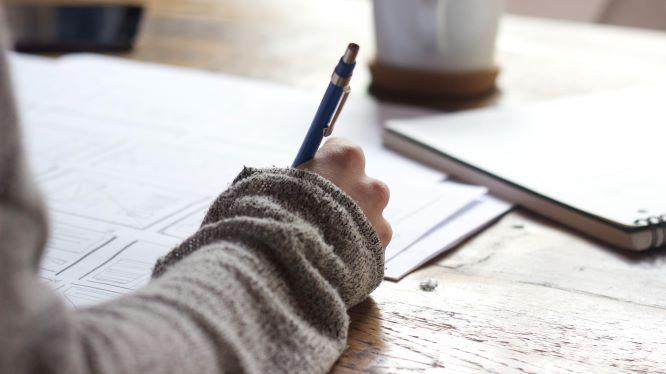ペンを持つ手元の画像