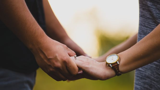 向かい合って手を取り合うカップルの手元の画像