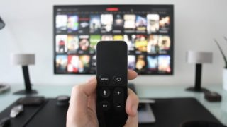 テレビにリモコンを向ける手元の画像