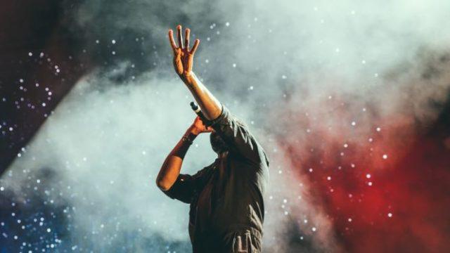 舞台で熱唱する男性の姿