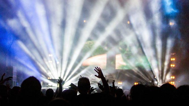 きらびやかなステージに熱狂する観客たち