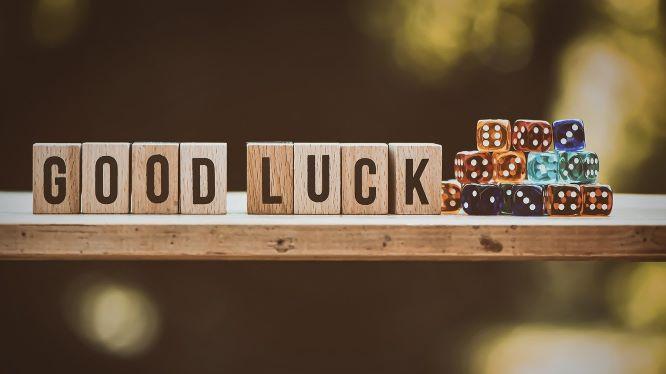 「good luck」と書かれたサイコロの画像