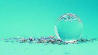 ペパーミントグリーンの背景の前に輝く水晶の玉