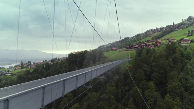 『愛の不時着』主役が出会うスイスのジークリスヴィルパノラマ橋う