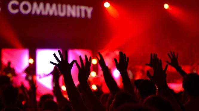 ライブ会場で盛り上がる大勢の人