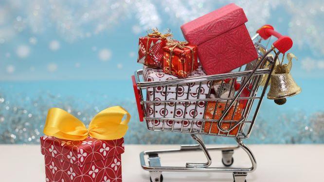品物がいっぱい載せられたショッピングカート